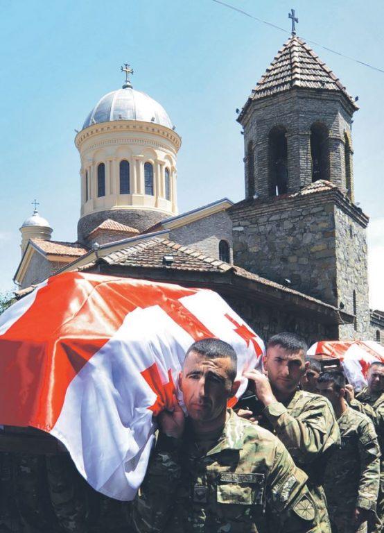 NATO-l tuleb otsustada, kuidas talitada allianssi täisliikmestaatust taotlevate partneritega − näiteks Gruusiaga. NATOsse mittekuuluvatest riikidest on just Gruusia panustanud kõige märkimisväärsemalt allianssi juhitud sõjalisse operatsiooni Afganistanis. Pildil matavad Gruusia sõdurid oma Afganistanis, Helmandi provintsis hukkunud relvavenda mullu suvel Gori linnas.