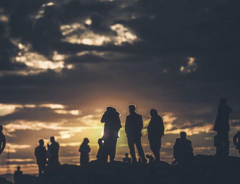 Kohalikud kurdid jälgivad päikeseloojangu aegu lahinguid Süüria linnas Kobanes, kus Süüria kurdide üksused tõrjuvad juba nädalaid Islamiriigi terroristide pealetungi.