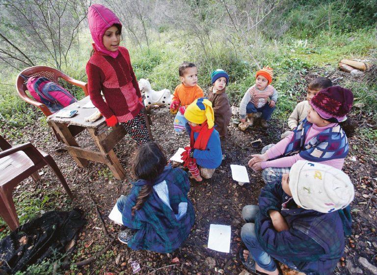 Süüria põgenikud õpetavad Liibanonis asuvas põgenikelaagris üksteist. Põgenikud on muutunud Liibanoni majanduselule koormavaks.