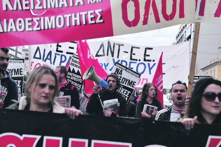 Vaeste vastuhakk – inimesed protestivad Ateenas 6. aprillil säästupoliitika vastu, nõudes suletud tehaste avamist ja koondatud inimeste tööle ennistamist.