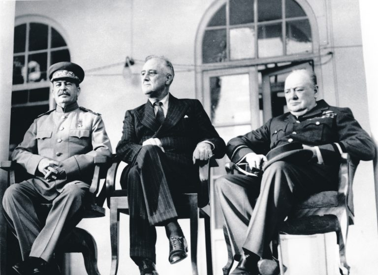 Teheran 1943. Jossif Stalin, Franklin Delano Roosevelt ja Winston Churchill. Stalin teatas Rooseveltile Teherani konverentsil 1. detsembril 1943, et Balti provintsid kuulusid Venemaa alla juba tsaaririigi ajal ning siis ei protestinud selle vastu keegi. Lisaks olla toimunud Balti riikides 1940. aastal rahvahääletus ja rahvas olevat valinud Nõukogude Liidu. Nüüd kuuluvat Balti riigid Nõukogude konstitutsiooni järgi Nõukogude Liitu – sama kindlalt, kui California või Texas kuuluvad USAsse.