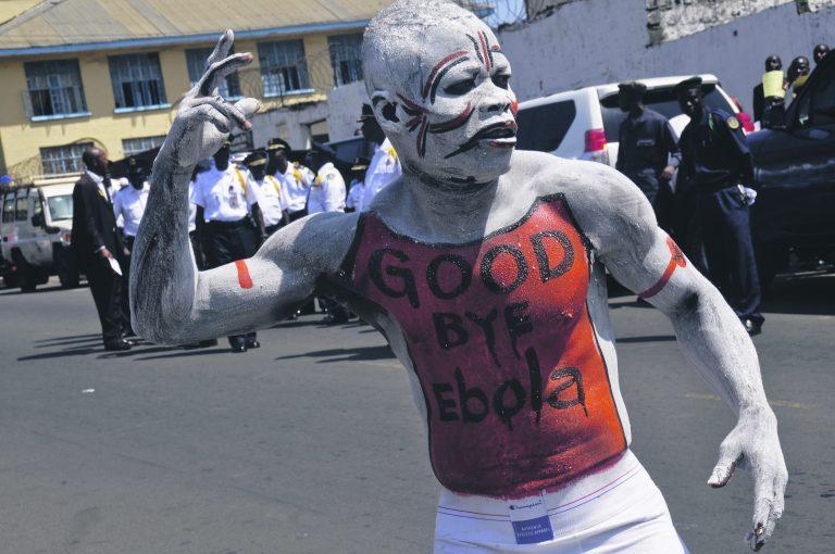 Libeeria mees Monrovias tähistamas ebola lahkumist riigis.