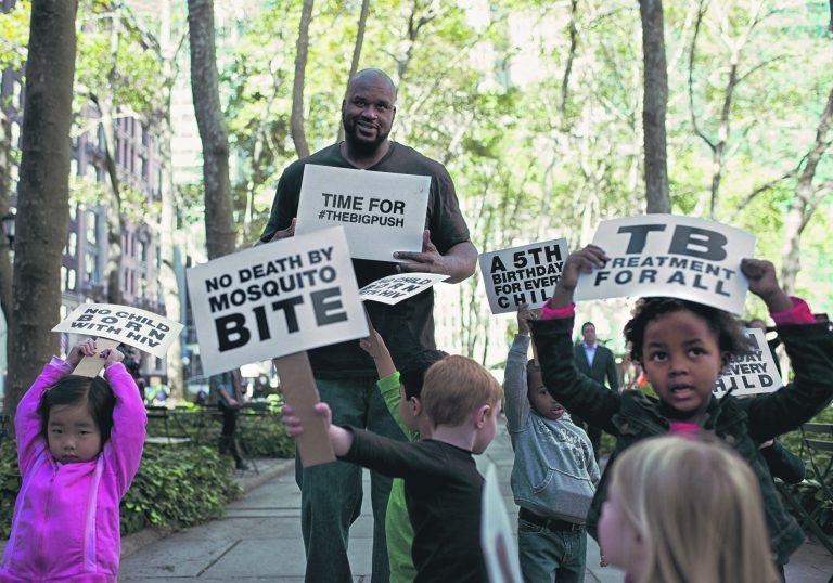 Võitlusse haiguste vastu on kaasatud ka kuulsused. Pildil propageerib võitlust HIV/AIDSi, tuberkuloosi ja malaaria vastu koos lastega korvpallitäht Shaquille O'Neal.