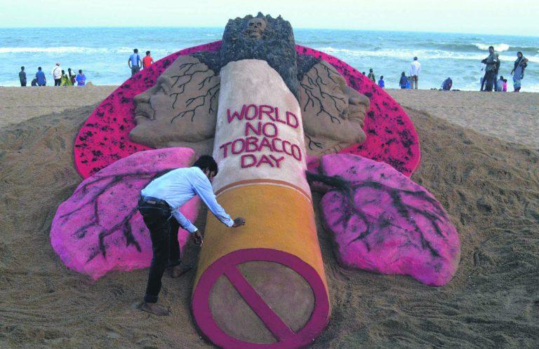 India kunstnik Sudarsan Pattnaik koostamas liivaskulptuuri suitsetamise vastu. Nii promos WHO 31. mail 2015 ülemaailmset tubakavaba päeva Indias.