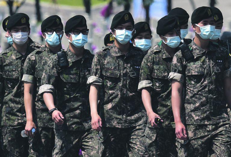 Värskeim nakkushaiguste puhang tuleb ilmselt Lõuna-Koreast, kus on täheldatud koroonaviiruse MERS puhangut. Pildil Lõuna-Korea sõdurid paraadil.