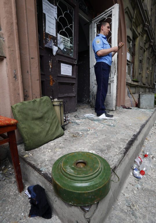 Reedel, 13. juunil õnnestus Ukraina valitsusvägedel tagasi vallutada Mariupoli sadamalinn Donetski oblastis. Koheselt taasavasid oma uksed ka Mariupoli politseijaoskonnad.