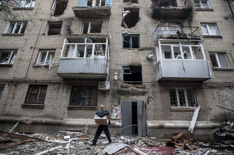 Kas Euroopa Liit on valmis võtma vastu Ukraina sõjapõgenikke? Pildil purustatud elumaja Ida-Ukrainas, Slovjanskis.