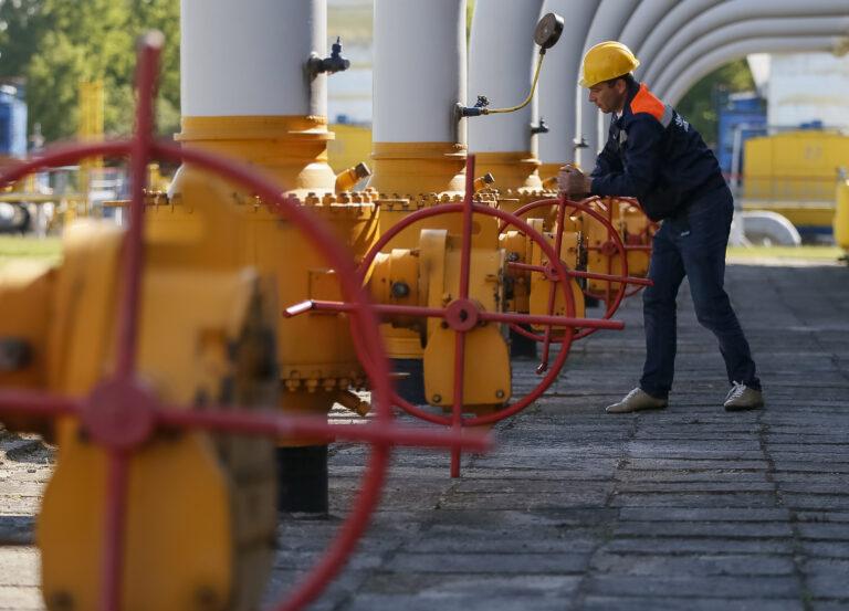 Kraanid lahti, kraanid kinni: Lääne-Ukraina linna Strõi lähedal paikneva maa-aluse gaasihoidla töötaja askeldab ventiilide kallal. Ukraina valitsus on andnud korralduse valmistuda Vene energiarelva rünnakuks – gaasitarnete katkestamiseks.