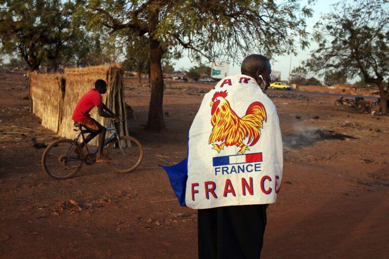 2013. aasta 13. jaanuaril võttis Yacouba Konate, 56aastat vana, endal õlgade ümber Gallia kuke ning seadis sammud Mali pealinna Bamako tänavaile – avaldama toetust Prantsusmaa otsusele saata oma sõjaväeüksused kiirkorras Malisse. Pariisi otsuse tingis riiki tunginud islamimässuliste peadpööritav sõjaline edu, mille tagajärjel ähvardas äärmuslaste kontrolli alla langeda kogu Mali.