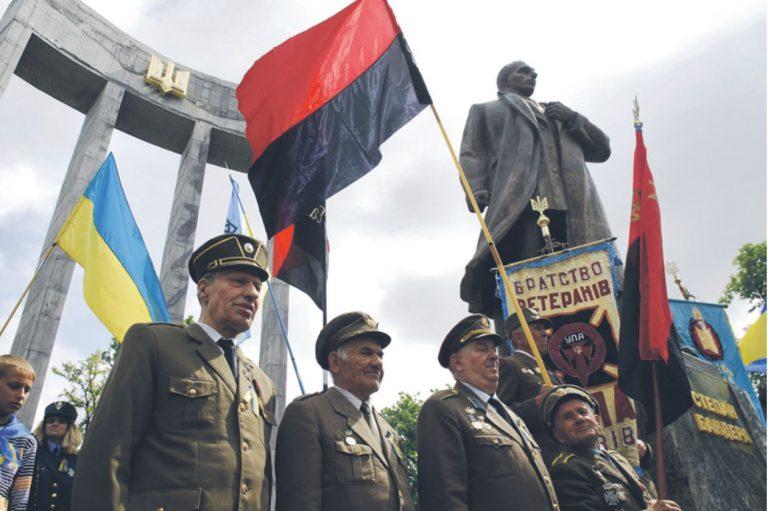 Ukraina Ülestõusuarmee (UPA) veteranid, seljas UPA vormid, meeleavaldusel Stepan Bandera ausamba juures Lvivis.