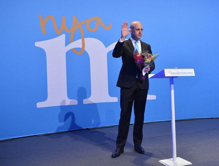 Lahkub lavalt: Rootsi peaminister Fredrik Reinfeldt teatas valimisteööl oma moderaatidest parteikaaslaste ees, et tema juhitud valitsuskabinett astub tagasi ning Reinfeldt ise paneb maha ka erakonna esimehe ameti.