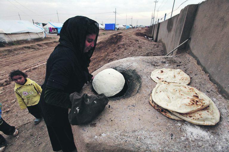 Kodutuks jäänud naine Arbilis tegemas süüa. Ta põgenes Islamiriigi eest Türgi Kurdistani Mosulist Iraagis. Praegu arvatakse piirkonnas olevat umbes miljon põgenikku.