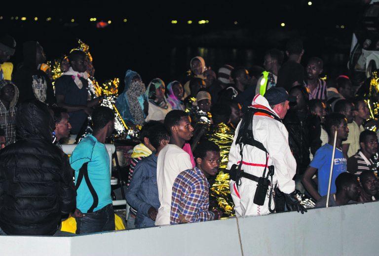 gapäevane pilt Lampedusa saarel: migrandid tulevad laevalt maale. Eesti pole Lampedusa