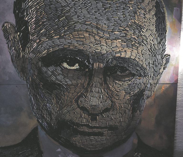 """Venemaa üha agressiivsem poliitika seostub president Vladimir Putini nimega. Ukraina kunstnik Daria Martšenko näitab valgust enda valmistatud Vladimir Putini portreele. Noor kunstnik pälvis maailma tähelepanu, kui lõi Putini portree 5000 padrunikestast, mis koguti separatistide kontrollitud Ida-Ukrainast. Martšenko """"Sõja nägu"""" on üle kahe meetri kõrge."""