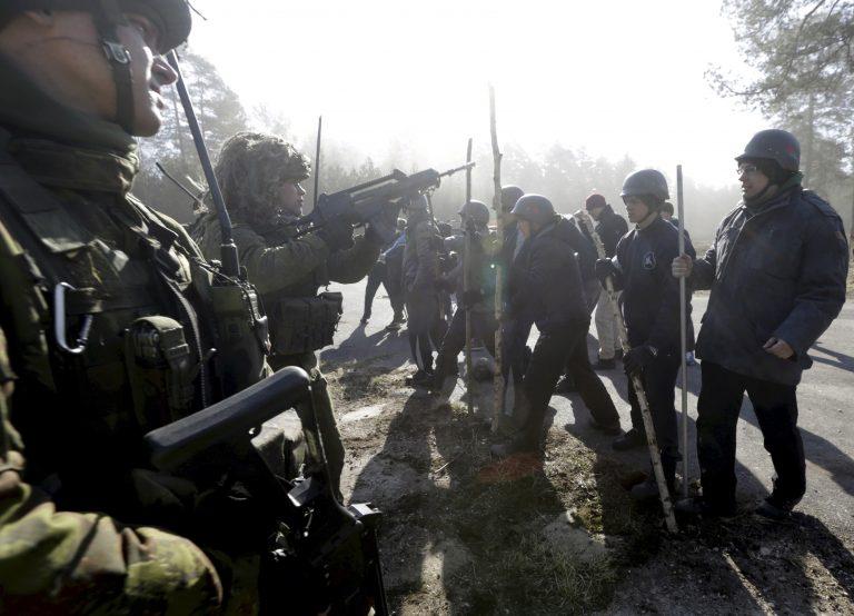 """Leedu armee kiirreageerimisüksus harjutamas rahutustevastast tegevust Ruklas Leedus 2015. aasta märtsis. Leedu kiirreageerijad harjutavad tõrjumaks energiakäitiste sabotaaži, küberrünnakuid ja venemeelsete separatistide """"iseseisvust""""."""