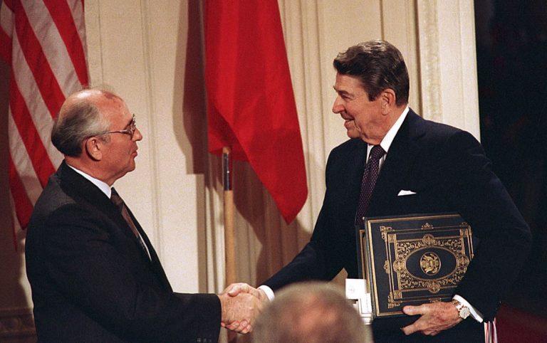 1987. aastal sõlmisid Washingtonis Valges Majas keskmaa-tuumarelvastuse (Intermediate-Range Nuclear Forces, INF) lepingu Nõukogude Liidu juht Mihhail Gorbatšov (vasakul) ja USA president Ronald Reagan. Praegu on USA Venemaad süüdistanud lepingu rikkumises.