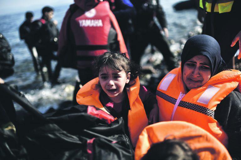 Üle Vahemere seilamine on põgenikele tihti eluohtlik ja suuri kannatusi põhjustav. Pildil saabuvad ema ja tütar Kreekasse Lesbose saarele, olles sõitnud paadiga Türgist üle Egeuse mere.