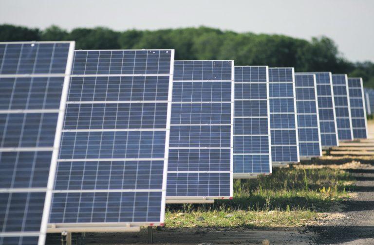 ELi energialiit tähendab ka võimalikult mitmesuguste energiaallikate kasutuselevõttu. Pildil on päikesepaneelid Ühendkuningriigis.
