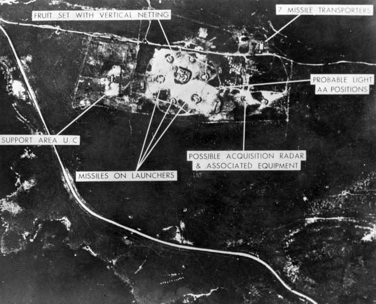Aerofoto Nõukogude raketibaasist Kuubal 1962. Nõukogude rakettidest Kuubal sai alguse USA-Nõukogude kõige kriitilisem vastasseis, mis lahenes siis, kui USA suutis Nõukogude sõnumitest välja lugeda kompromissiettepaneku.