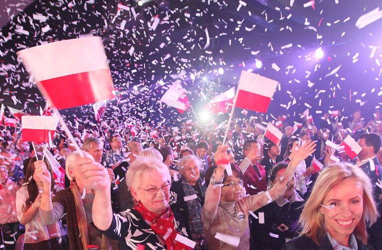 Poola Õiguse ja Õigluse partei (PiS) toetajad kogunesid Varssavis, et tähistada parlamendivalimiste eel kuid väldanud kampaania lõpuspurti. Lävepakuküsitlused näitasid PiSi edumaad valitseva Kodanike Platvormi ees.