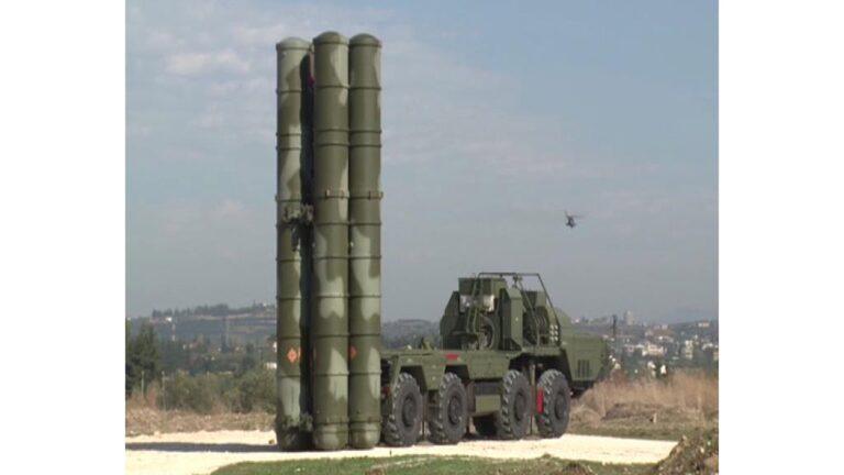 Pärast Vene sõjalennuki allatulistamist Türgi poolt on Venemaa toonud Süüriasse õhutõrjerelvi. Pildil on Hmeymimi baasis õhutõrjekompleks S-400.