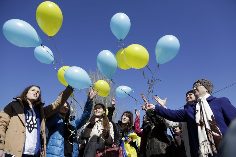 Ukraina lipuvärvidega õhupallid 2015. aasta märtsis Simferopolis.