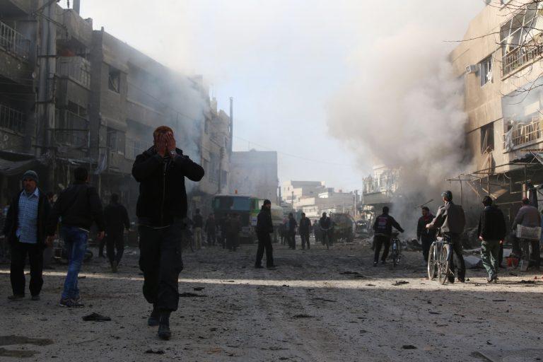 Segadus Süürias kestab. Pildil reageerib süüria mees purustustele, mille põhjustas valitsusvägede löök Jisreeni linna pihta, mis oli mässuliste kantsiks.