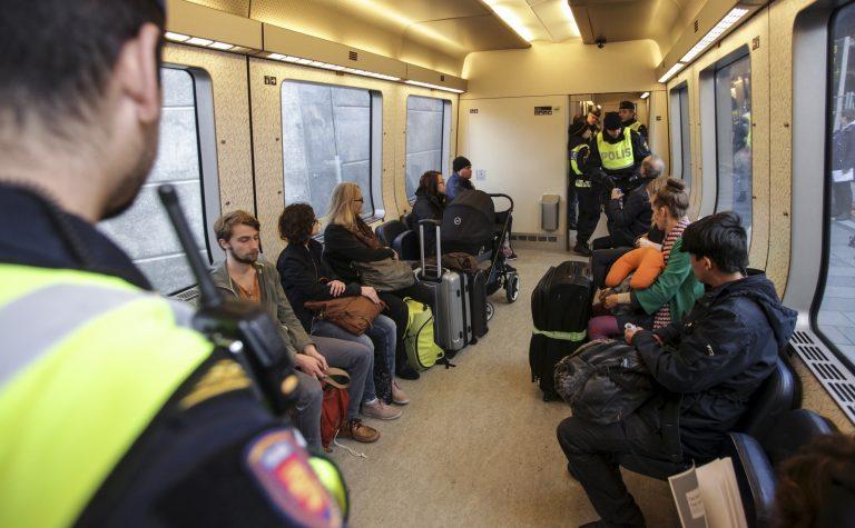 Rootsi on taastanud piirikontrolli. Pildil kontrollivad politseinikud Taanist Rootsi sõitvas rongis dokumente.