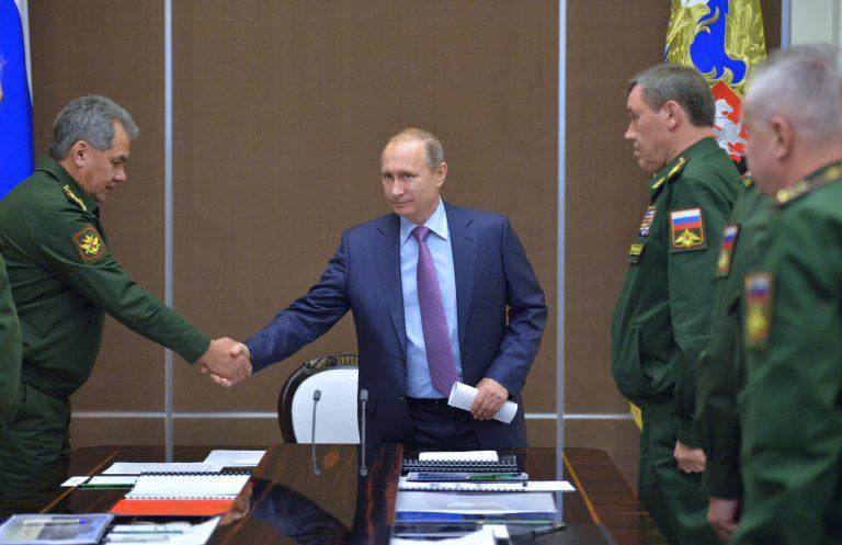 """Kohtumine, kust """"lekkis"""" Vene televisiooni võte salajasest torpeedost Status-6. Pildil surub president Vladimir Putin kätt kaitseminister Sergei Šoigul."""