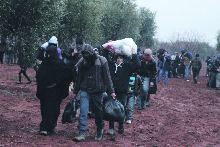Daeshi eest põgenevad inimesed Süürias üritamas jõuda üle piiri Türki.