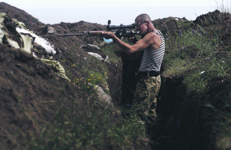 Donbassis ei ole Venemaa tegevus andnud loodetud tulemust. Pildil on Ukraina vabatahtlike snaiper jälgimas sihikust venemeelseid separatiste.