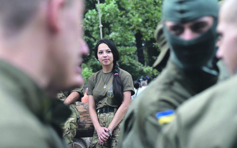 Azovi pataljoni naisliige vaatamas värvatuid vastaval tseremoonial Kiievis eelmise aasta suvel.