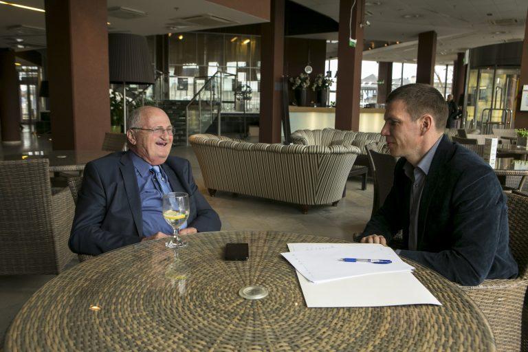Martin van Creveld vestles Priit Simsoniga Eesti Sõjamuuseumi korraldatud konverentsi raames Tallinnas.
