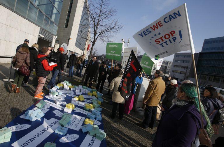 TTIP on tekitanud Euroopas erinevaid reaktsioone. TTIPi vastased on kogunenud Berliinis kristlike demokraatide peakorteri juures, et oma vastuseisu näidata.