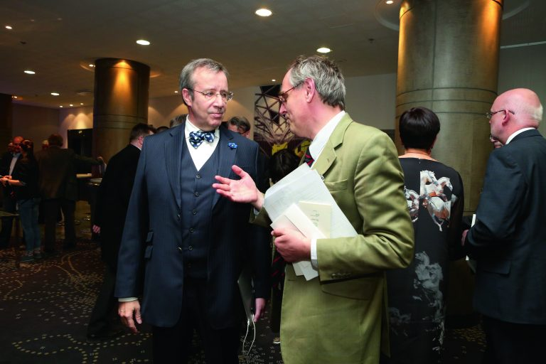 President Toomas Hendrik Ilves ja ajakirjanik Edward Lucas Lennart Meri Konverentsil 2015. aastal.