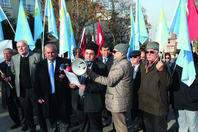 Türgis elavad krimmitatarlased nõudsid detsembris 2015 Ankaras Vene saatkonna juures meeleavaldusel poliitvangide inimõiguste austamist ja nende vabastamist.