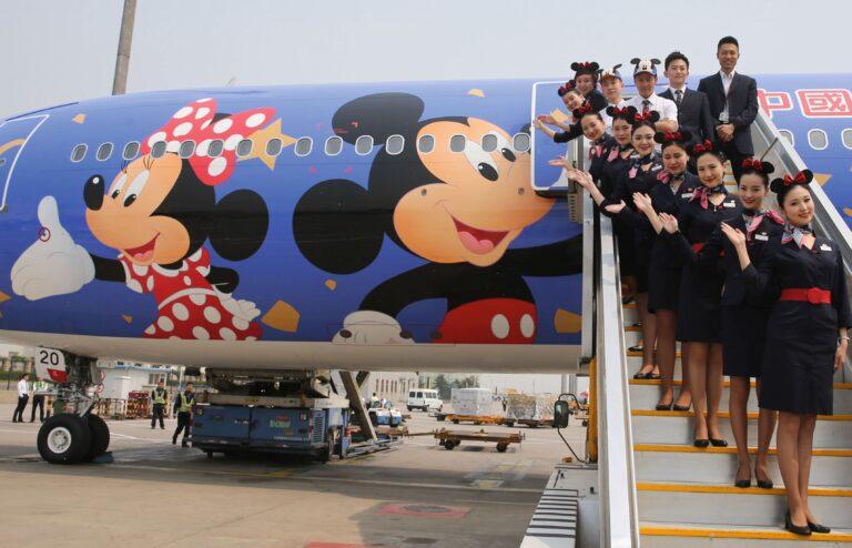 Hiina on avanenud maailmale ja impordib palju Läänest. Hiina Eastern Airlines meeskonna liikmed poseerivad pealinnas Pekingis Disney tegelaskujudega illustreeritud lennuki ees. Lennufirma peakontor asub Shanghais ning neil on soov soetada kuus Disney teemalist lennukit aastaks 2020. Hiina maismaal asuv esimene Disney teemapark, Shanghai Disney Resort, plaanib külalistele uksed avada 16. juunil.