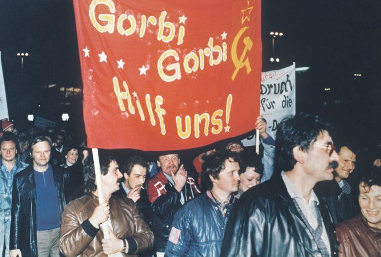 Mihhail Gorbatšov oli välismaal populaarsem kui kodumaal. Pildil kannavad idasakslased loosungit abipalvega Gorbatšovile 30. oktoobril 1989, vaid mõni päev enne Berliini müüri langemist.