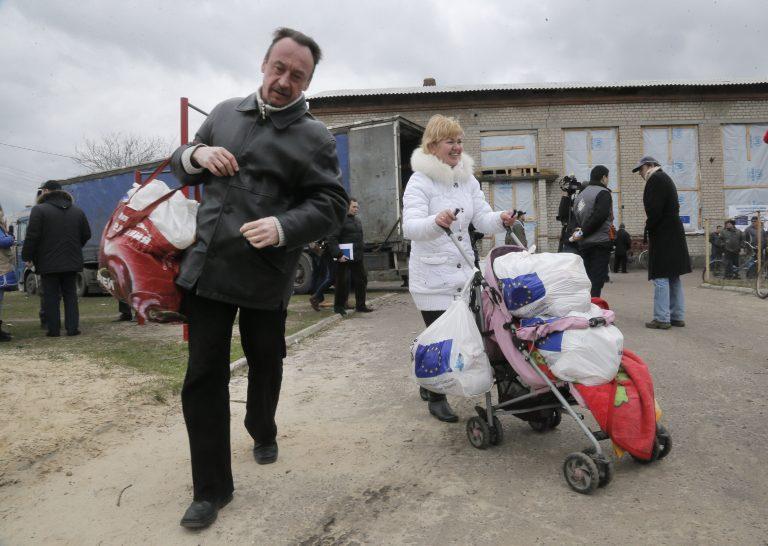 Ida-Ukraina elanikud kandmas Euroopa Liidult saadud humanitaarabi kotte.