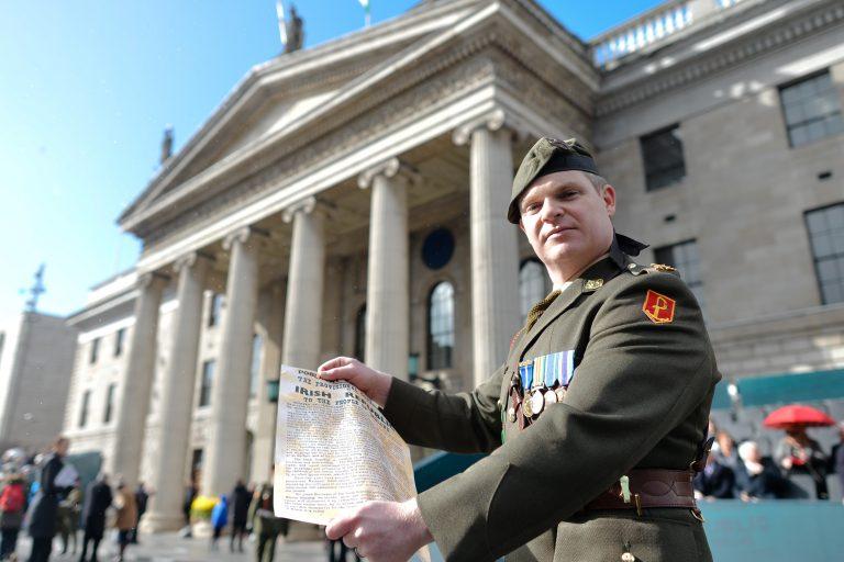 Komandant Pat O'Connor Iiri kaitsejõududest Iiri 1916. aasta lihavõtteülestõusu iseseisvusdeklaratsiooniga. Iirimaal käivad pidustused lihavõtteülestõusu 100. aastapäeva tähistamiseks.