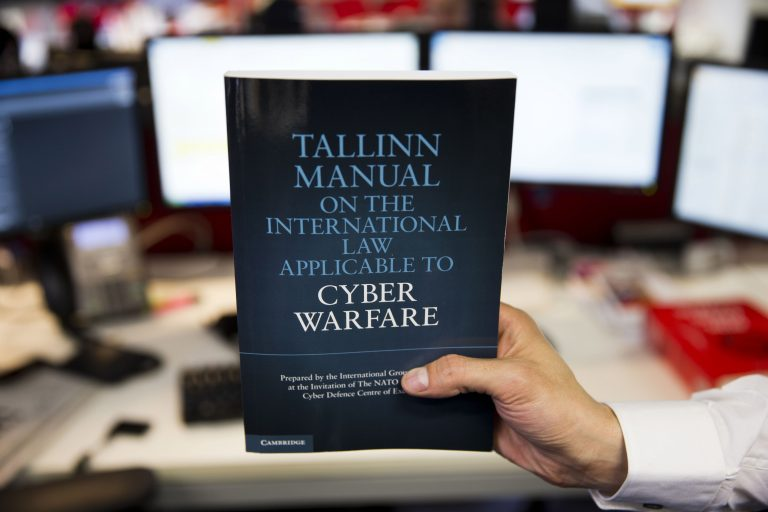 "NATO küberkaitsekeskuse avaldatud dokumenti ""Tallinn Manual on the International Law Applicable to Cyber Warfare"" on Vene poolelt palju kritiseeritud, sest selle koostamisse ei kaasatud Vene spetsialiste."