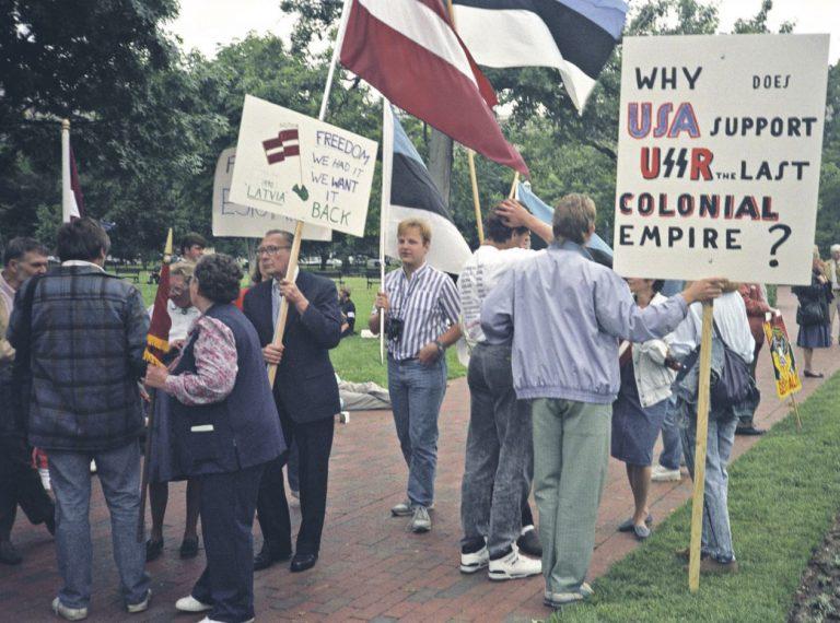USA meelt Balti küsimuses hoidsid pidevalt erksana ka välisbaltlaste meeleavaldused Baltimaade vabaduse toetuseks. Pildil avaldavad meelt välislätlased Mihhail Gorbatšovi visiidi ajal Washingtonis.