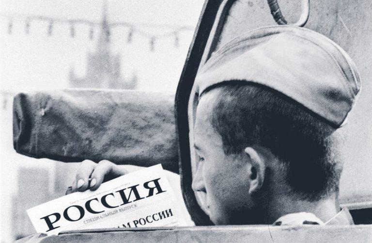 Nõukogude sõdur lugemas 19. augustil Moskvas lendlehte üleskutsega riigipöörajaid mitte toetada. Mõne kuu pärast lakkas Nõukogude armee olemast.
