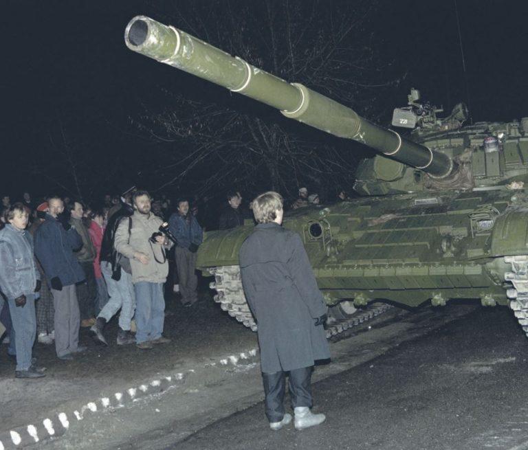 Vilniuse veresaun nõudis USA reaktsiooni, kuid baltlased soovisid ameeriklastelt otsustavamat tegutsemist, kui president George H. W. Bush seda tegi. Pildil seisab Leedu demonstrant Nõukogude tanki ees 13. jaanuaril 1991.