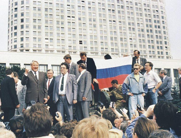 Ikooniline pilt Boriss Jeltsinist Moskvas Valge Maja ees tankil 19. augustil 1991. Paul Goble meenutab, et riigipöördekatse oleks võinud ka õnnestuda ja siis oleks Jeltsini saatus võinud kujuneda teistsuguseks.