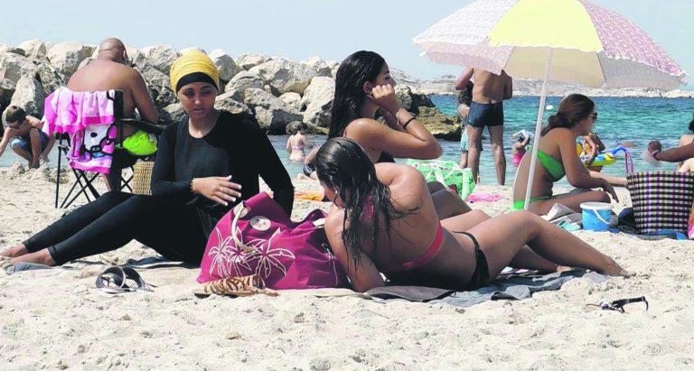 Burkiinit kandev musliminaine Marseille'i rannas selle aasta augustis.