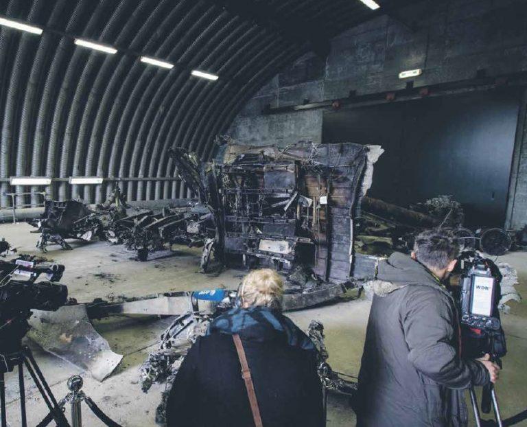 Meedia filmimas Malaysia Airlines lennu MH17 lennuki vrakki. Lennuk tulistati alla 2014. aasta suvel ja oli Moskva infosõja üheks keskseks elemendiks. Moskva keeldub võtmast igasugust süüd lennuki allatulistamise eest.