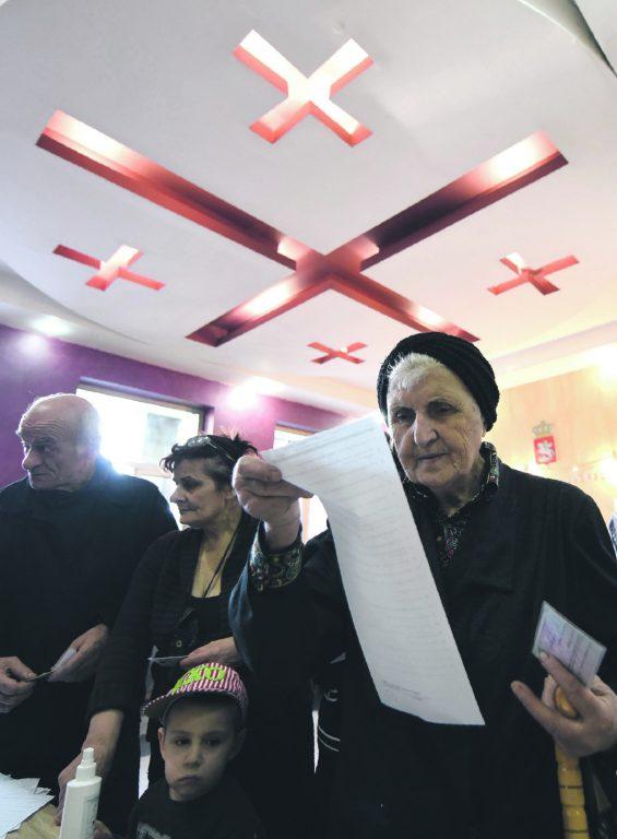 Gruusia naisterahvas vaatab valimisnimekirju: 19 parteid ja kuus valimisliitu. Lugemist jätkub.