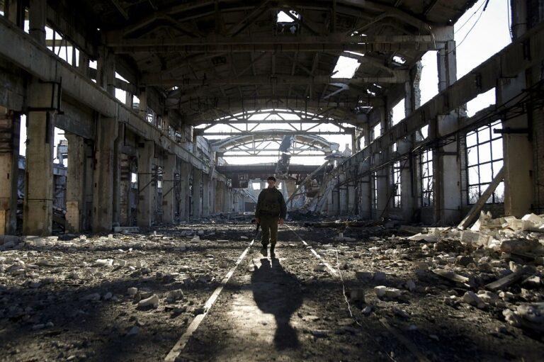 Ukraina võitleja kõnnib pärast Vene-meelsete separatistidega lahingut purustatud töökoja rusudes Donetski regioonis.