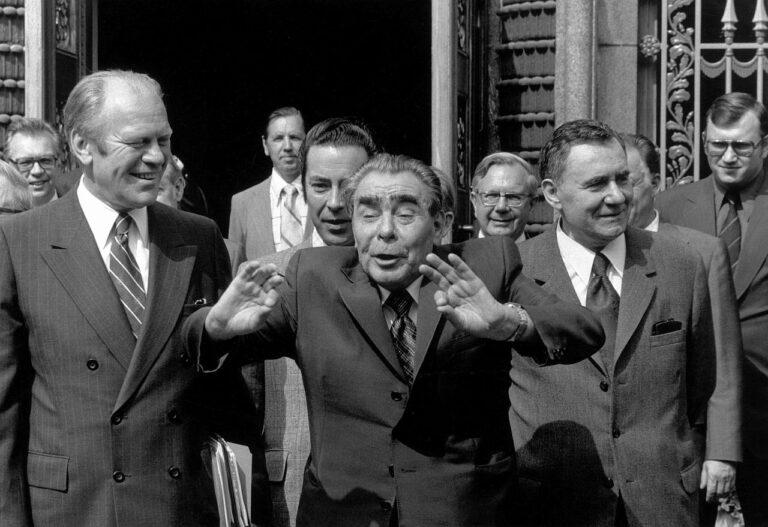 USA president Gerald Ford (vasakul) ja Nõukogude Liidu juht Leonid Brežnev (keskel) 1975. aasta augustis Euroopa Julgeoleku- ja Koostöökonverentsi ajal Helsingis Nõukogude Liidu saatkonna ees.